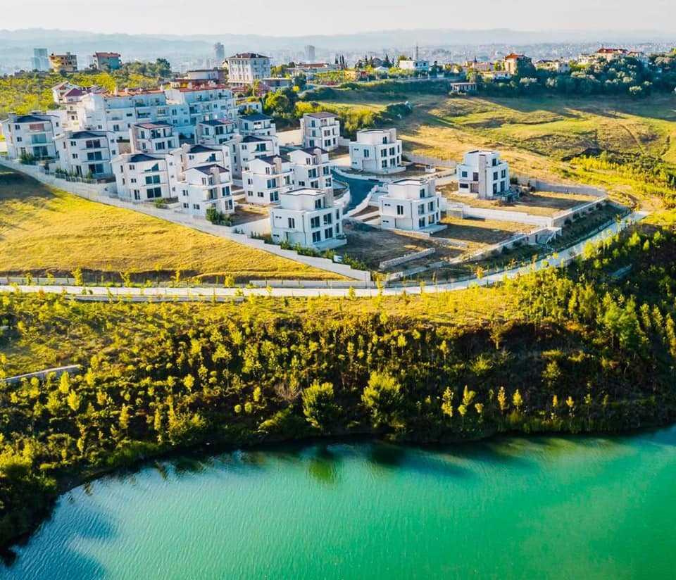 Современный комплекс из 3-х этажных вилл. Тирана