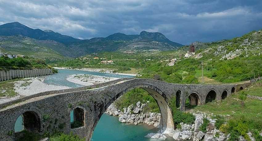 Вид на мост через реку Кир открывается очень впечатляющий