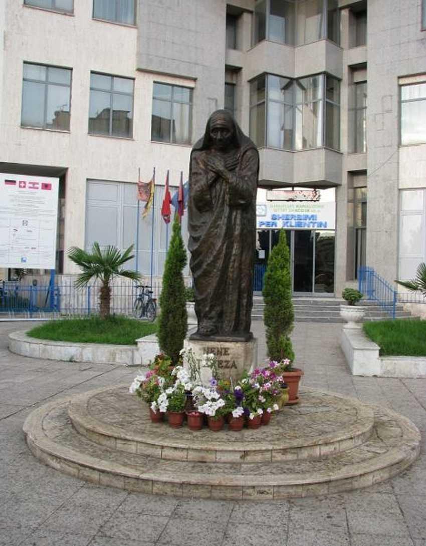 Для албанцев памятник Матере Терезе имеет огромную ценность