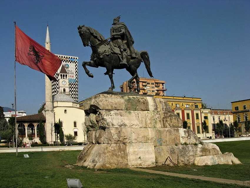 На площади находится знаменитый памятник Скандербегу, национальному герою