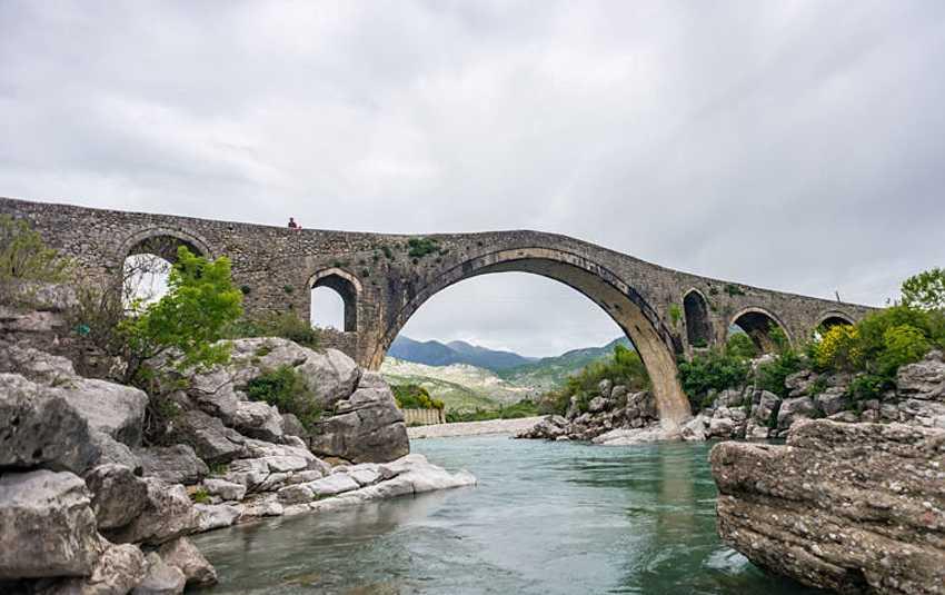 Старинный мост на реке Кир